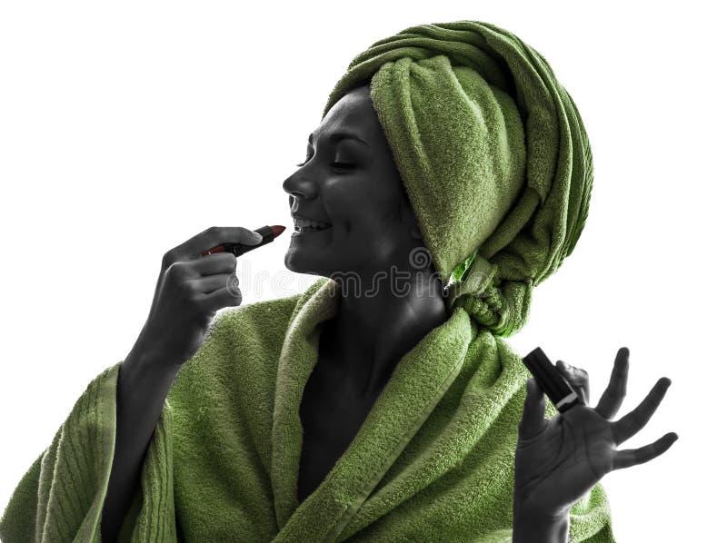 Mulher que aplica a silhueta do batom imagens de stock royalty free