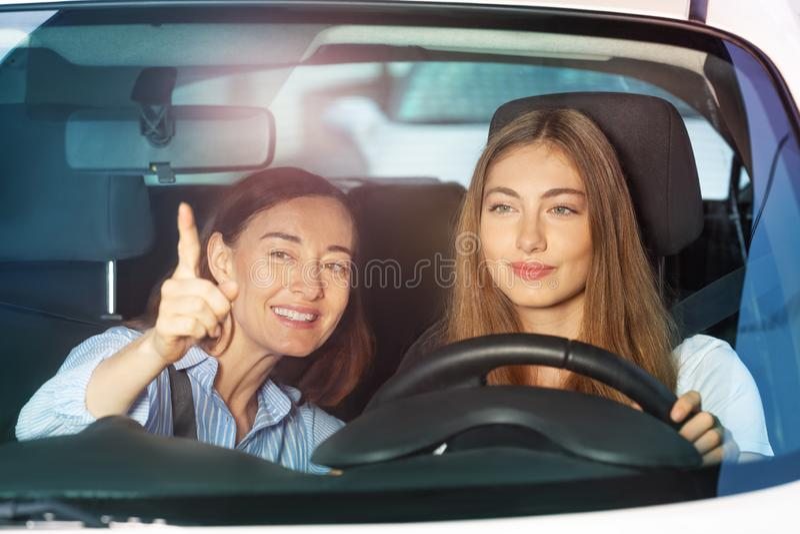 Mulher que aponta o dedo em algo que senta-se no carro foto de stock royalty free