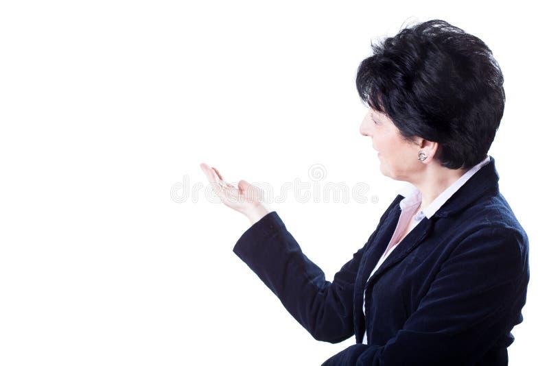 Mulher que aponta o espaço branco imagens de stock royalty free