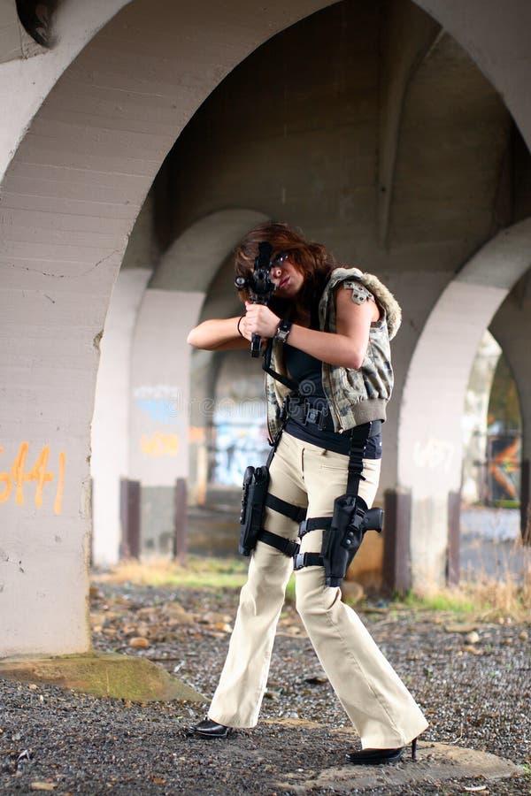 Mulher que aponta o rifle imagem de stock