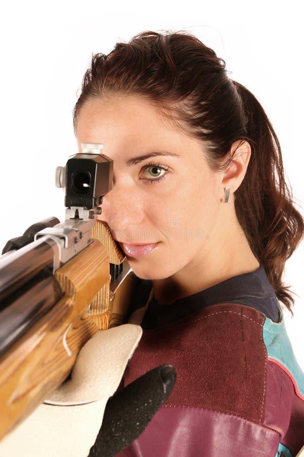 Mulher que aponta um rifle de ar pneumático imagens de stock
