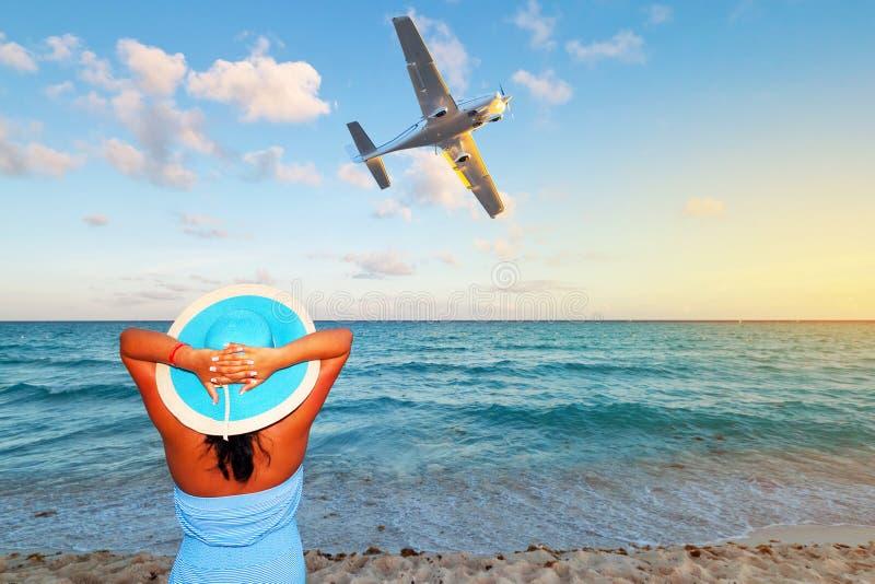 Mulher que aprecia feriados tropicais fotografia de stock