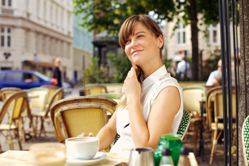 Mulher que aprecia a manhã agradável com café fotos de stock royalty free