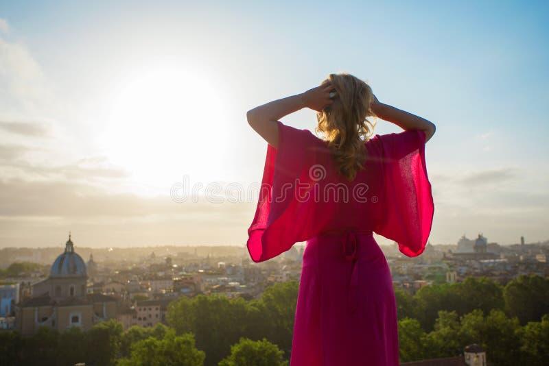 Mulher que aprecia a manhã em Roma imagens de stock royalty free