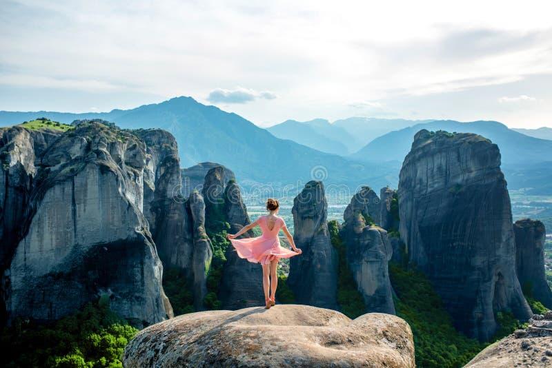 Mulher que aprecia a natureza nas montanhas fotografia de stock royalty free