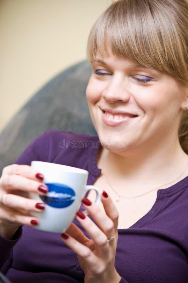Mulher que aprecia o café fotos de stock