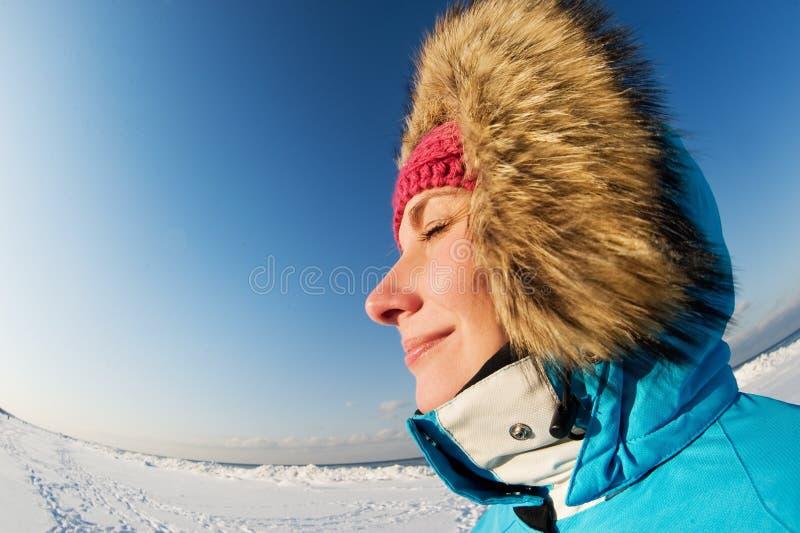 Mulher que aprecia o dia de inverno fotografia de stock royalty free