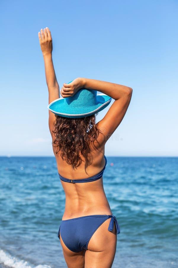 Mulher que aprecia o dia de verão morno em um beira-mar fotografia de stock