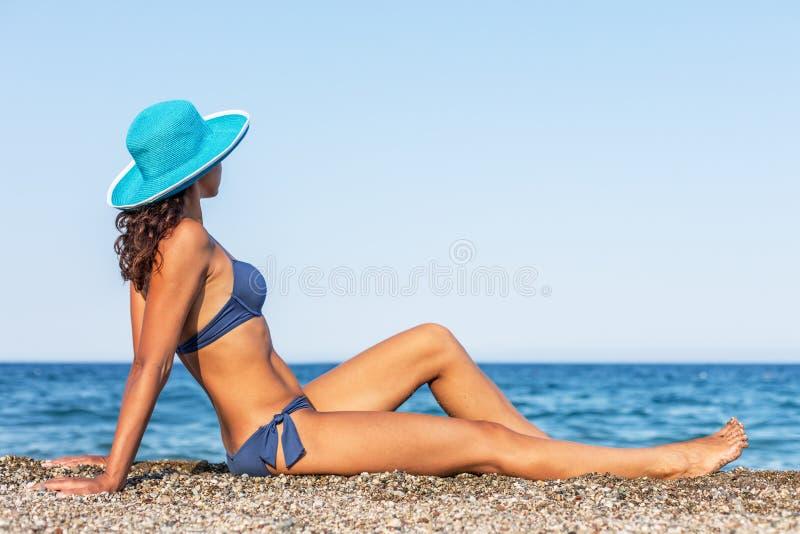 Mulher que aprecia o dia de verão morno em um beira-mar fotos de stock royalty free