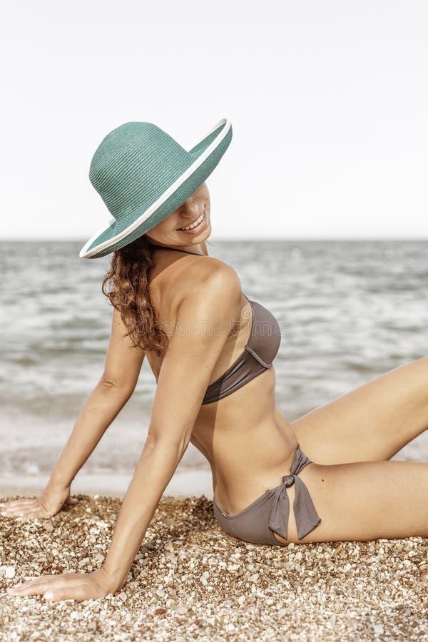 Mulher que aprecia o dia de verão morno no beira-mar fotos de stock royalty free