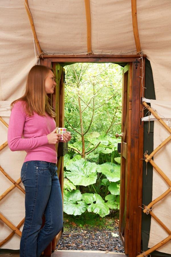 Mulher que aprecia o feriado de acampamento do luxo em Yurt foto de stock royalty free