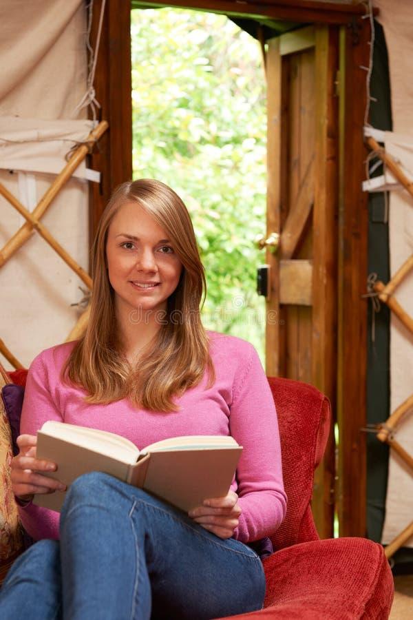 Mulher que aprecia o feriado de acampamento do luxo em Yurt imagem de stock