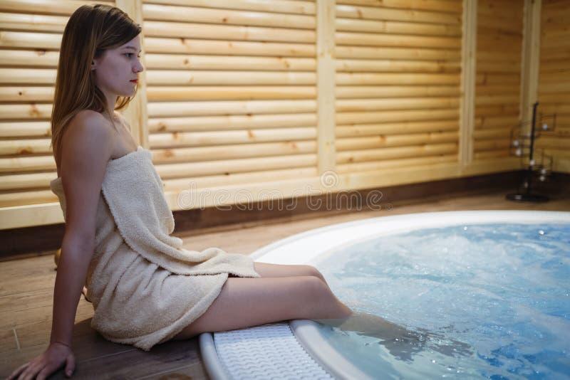 Mulher que aprecia o Jacuzzi no spa resort fotografia de stock royalty free
