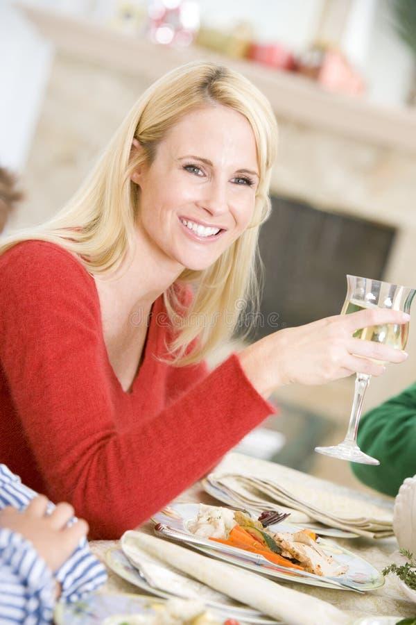 Mulher que aprecia o jantar do Natal fotografia de stock