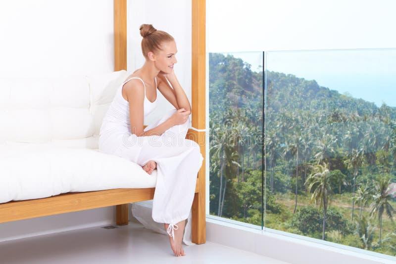 Mulher que aprecia o luxo tropical fotografia de stock