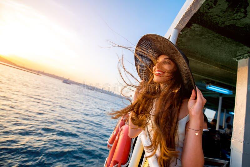 Mulher que aprecia o mar do ferryboat fotografia de stock