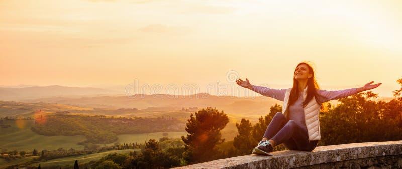 Mulher que aprecia o por do sol e a natureza Conceito da liberdade foto de stock royalty free