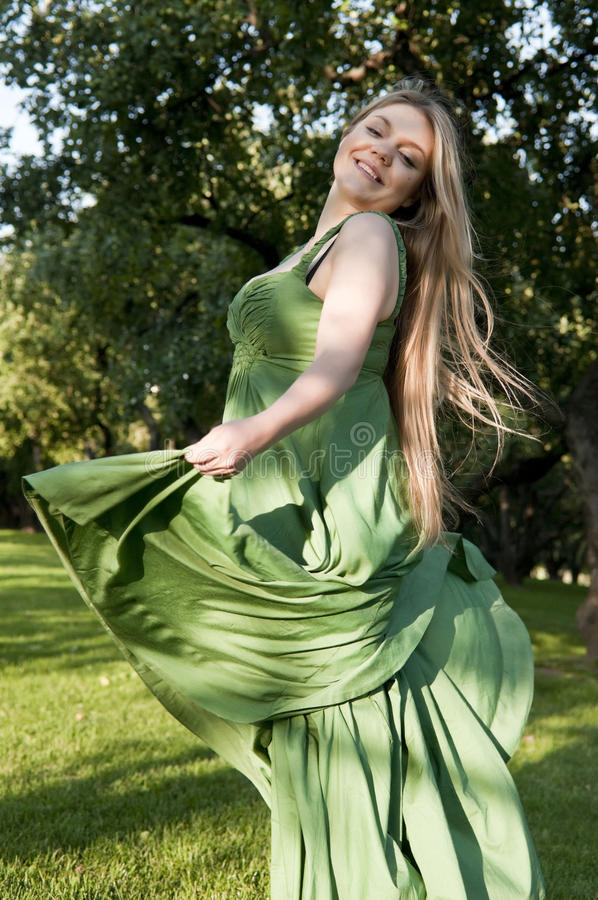 Mulher que aprecia o verão e que dança no campo foto de stock royalty free