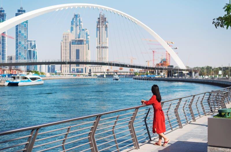 Mulher que aprecia a opini?o de Dubai do canal da ?gua fotografia de stock royalty free