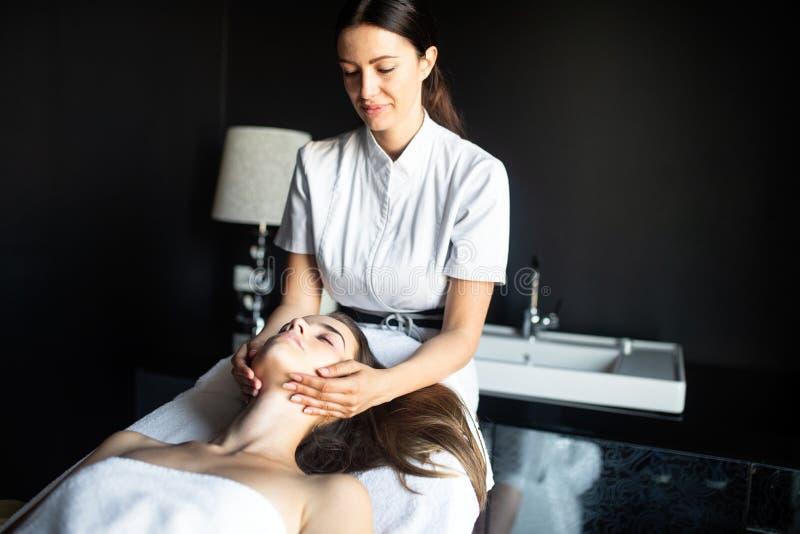 Mulher que aprecia a pele e o tratamento e a massagem da cara fotografia de stock royalty free