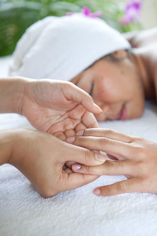 Mulher que aprecia um dia da massagem nos termas imagens de stock royalty free