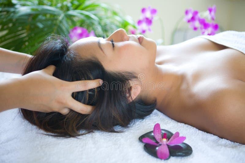 Mulher que aprecia um dia da massagem nos termas fotos de stock royalty free