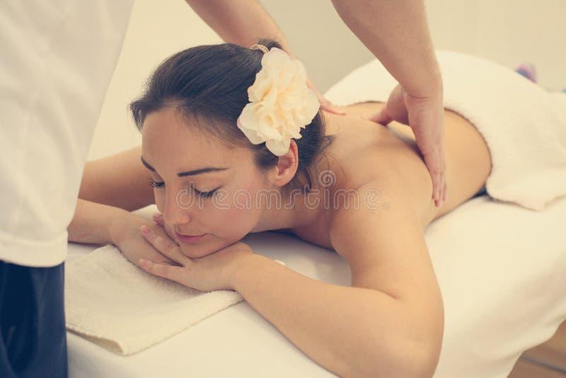 Mulher que aprecia um tratamento da massagem imagens de stock royalty free