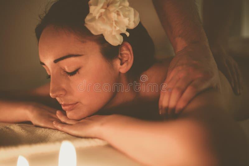 Mulher que aprecia um tratamento da massagem fotos de stock