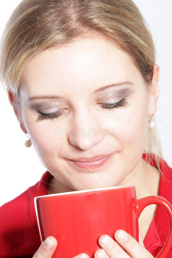 Mulher que aprecia uma caneca de café fotografia de stock