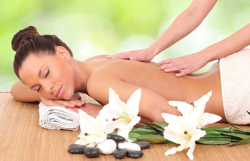 mulher que aprecia uma terapia da massagem foto de stock