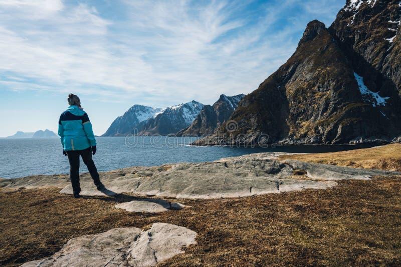 Mulher que aprecia a vista em Lofoten na ilha do Aa imagens de stock royalty free