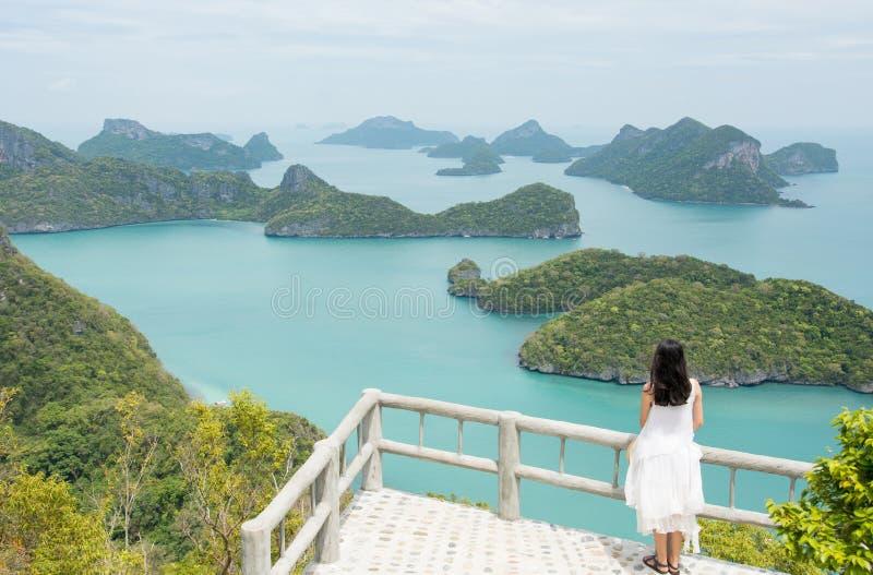 mulher que aprecia a vista impressionante nas ilhas pequenas fotografia de stock