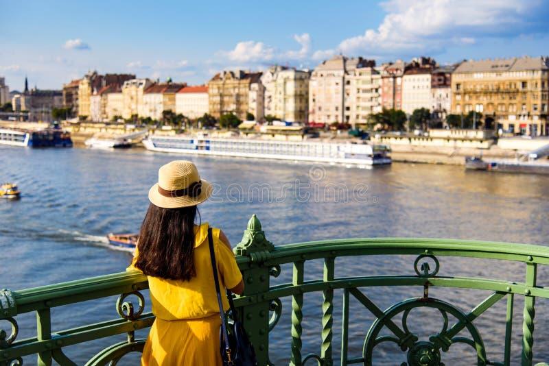 Mulher que aprecia a vista panorâmica de Budapest foto de stock