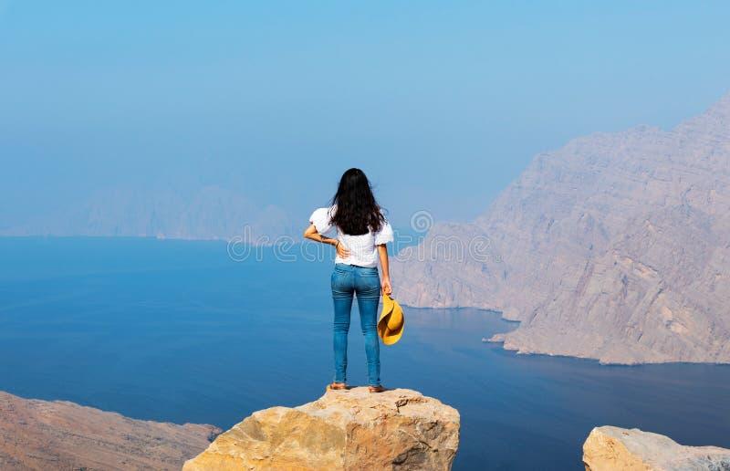 Mulher que aprecia a vista sobre o fiorde Khor Najd em Omã fotos de stock royalty free