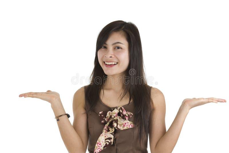 Mulher que apresenta algo fotografia de stock royalty free