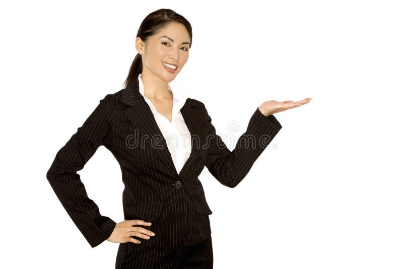 Mulher que apresenta com mão fotografia de stock royalty free