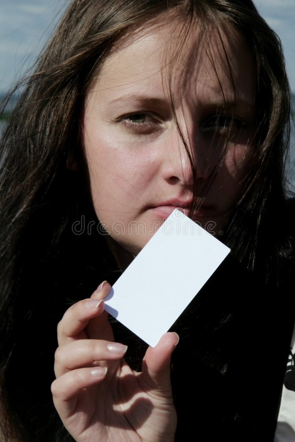Mulher que apresenta o cartão de visita foto de stock