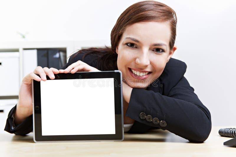 Mulher que apresenta o computador da tabuleta fotografia de stock