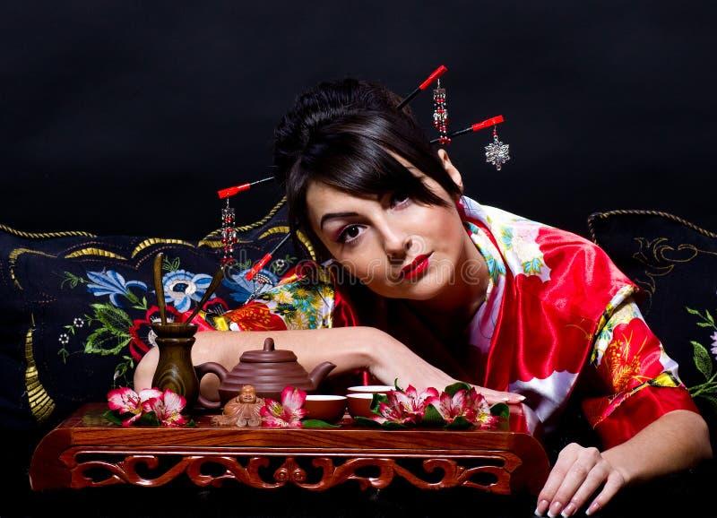 Mulher que arranja o chá japonês imagens de stock