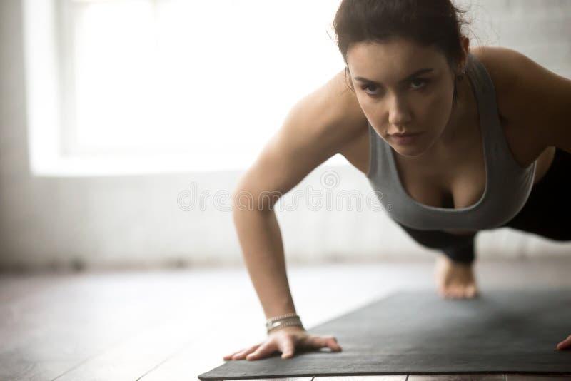 A mulher que atrativa nova da aptidão praticar empurra levanta fotografia de stock