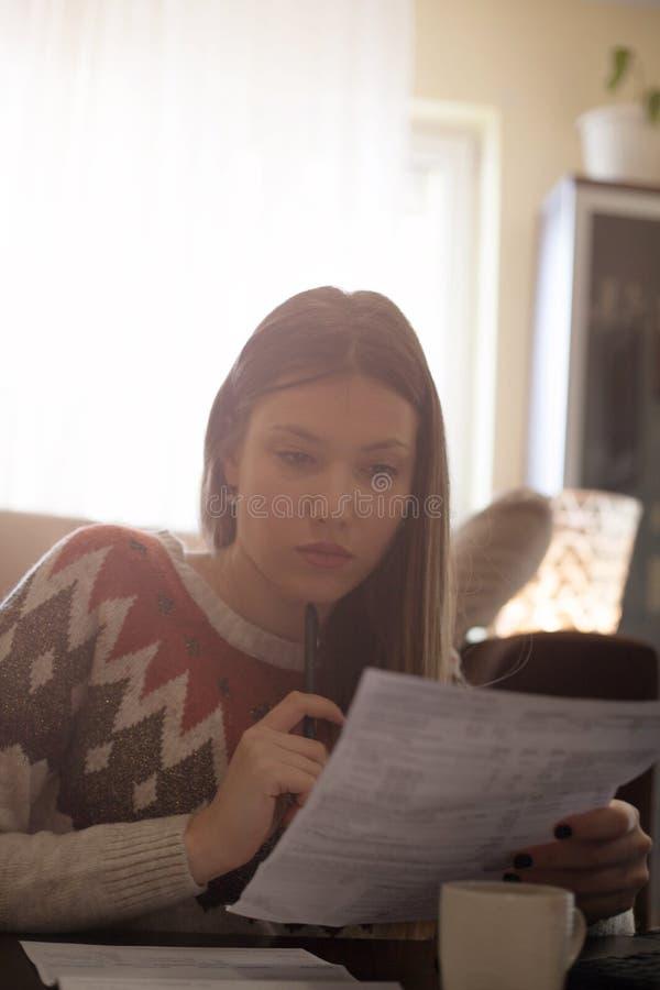 A mulher que atravessa as contas, olhando preocupou-se fotografia de stock