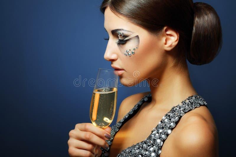 Mulher que bebe Champagne foto de stock