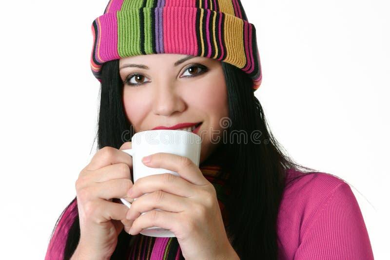 Mulher que bebe da caneca fotografia de stock royalty free