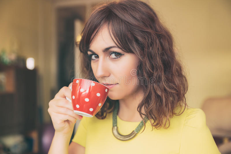 Mulher que bebe da polca vermelha Dot Tea Mug fotografia de stock royalty free