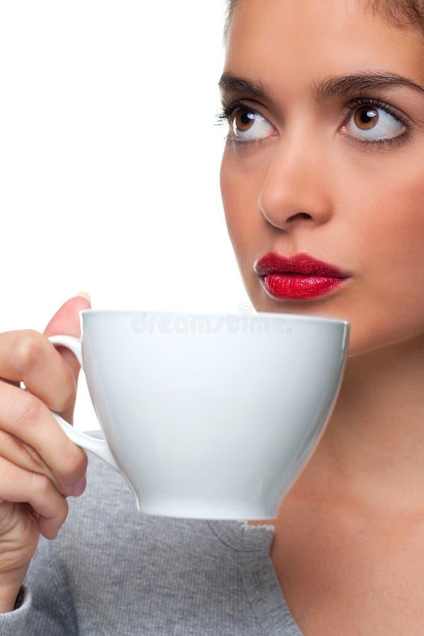 Mulher que bebe de um copo de chá fotos de stock