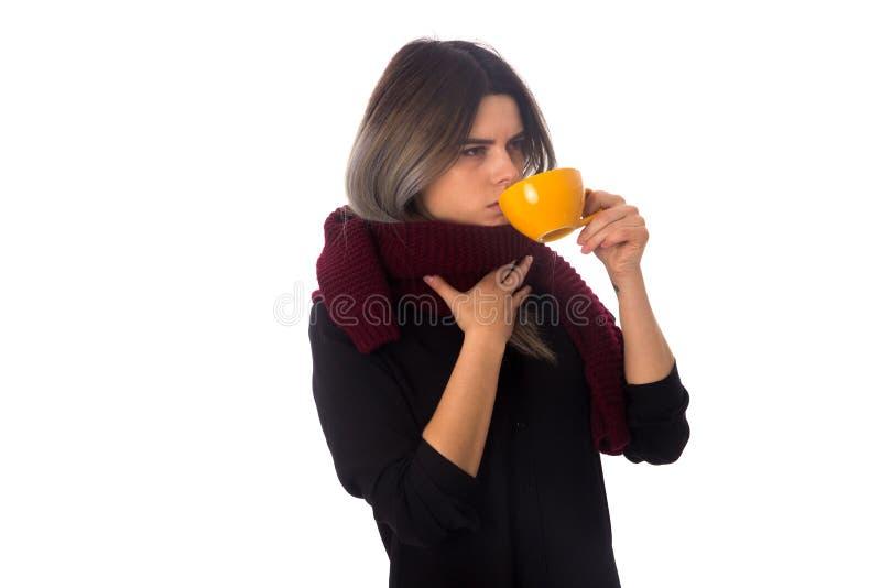 Mulher que bebe do copo amarelo fotos de stock