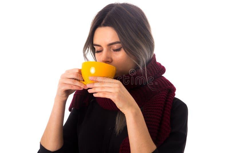 Mulher que bebe do copo amarelo imagens de stock royalty free