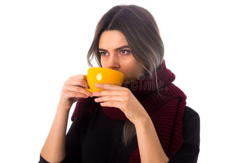 Mulher que bebe do copo amarelo imagem de stock royalty free
