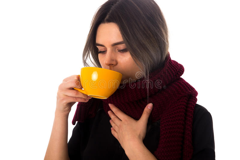 Mulher que bebe do copo amarelo foto de stock