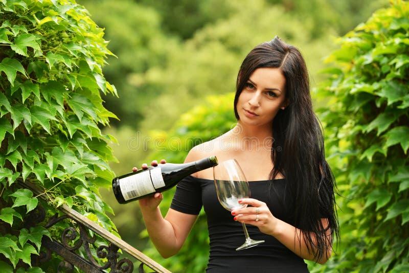 Mulher que bebe o vinho vermelho imagem de stock